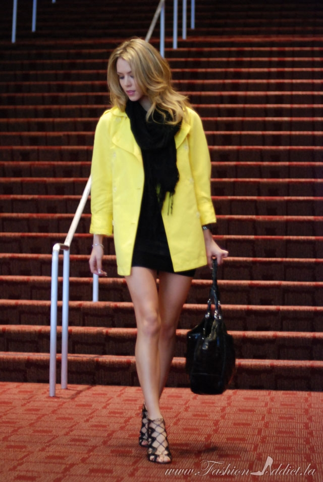How to wear a yellow coat